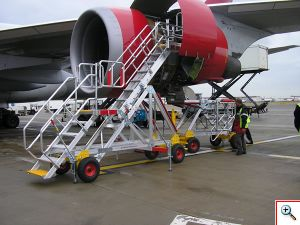 Lidmašīnas Dzinēja Piekļuves Platformas, fiksētu un regulējamu augstumu kāpnes